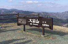 大室山在伊豆半岛上,是个很不错的游客选择,这次是春节前去,整个山体都是黄褐色的,如果春夏季去,就是一