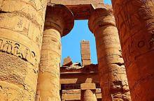 站在神庙前高高的土堆上远远望去,安静的一片断壁残垣,抹不尽古埃及人虔诚的信仰,墙面上美丽的雕刻,不知