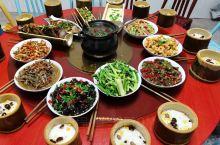 特色竹筒饭,原生态食材。配本地厨娘古法烹饪,方得一桌丰盛的菜肴,色香味俱全!有朋自远方来,不亦乐乎!