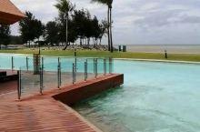 世界上唯一的六星酒店是文莱皇帝的,就是帝国酒店,这里的游泳池都有好几个,这个美得像天空之镜。