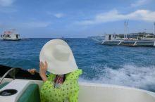 几年前去的长滩岛,沙滩海水都很美,日落帆船一个浪打过来相机直接报废,但是日落也是很美的,还有拖伞也还