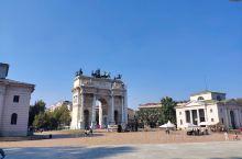 米兰的凯旋门。意大利的疫情稍微放缓啦,慢慢向好。凯旋门位于意大利米兰市古城堡旁。1807年为纪念拿破