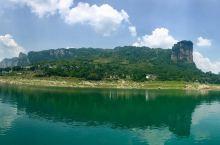 乌江源百里画廊这里青山相对、绿水长流,野鸭成群、江面上小船荡漾,渔歌晚唱,山崖、江水和长天共一色,且
