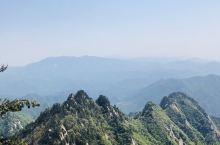 五一假期去嵩县白云山风景区游玩,景区内绿色植覆盖率高满眼都是绿色,中间穿插火红的高山杜鹃,九龙瀑布从
