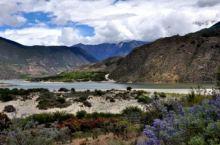在墨脱,久违的蓝天一阵阵眩目,不时漂过雪白的云。峡谷下面是多雄拉河,远远能看见。欣赏着周遭的景色,一