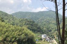 【粤游记】青云山一山连两县。连绵起伏的群山蔚为壮观,220国道就像一条爬行的长龙蜿蜒其中,穿行其间,