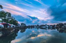 朱家角最具特色的人文景观:是一桥、一街、一寺、一庙、一厅、一馆、二园、三湾、二十六弄。 一桥 指沪上