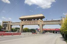 雄安,包括雄县、容城县、安新县三县。容城县几个地标是,容和塔,我来雄安了,北方服装名称牌坊,三贤广场
