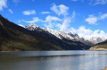 """德格新路海冰川的脚下,就是著名的玉隆拉措。玉隆拉措藏语意为""""倾心的神湖""""。由于新路海冰川融水的不断补"""