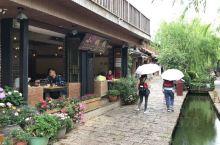 束河古镇中,无意中被一家美食餐厅环境吸引了,门口很多鲜花,还有一条小溪流过,里面还有歌手唱歌,刚好肚