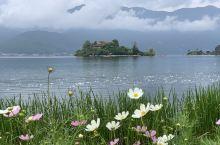 风光秀丽变幻莫测的泸沽湖,可以玩和体验的趣味太多,最推崇的是坐缆车、划船下草海、看落日,又惊险又有趣