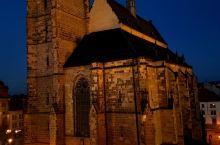 捷克的小镇皮尔森,共和广场中间的教堂,夜色中宏伟而静谧。