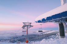 免签欧洲塞尔维亚滑雪体检,绵延的科帕奥尼克雪山是欧洲久负盛名的滑雪胜地,滑雪者穿梭滑行 留下飞驰的雪