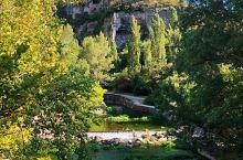 南法普罗旺斯之旅- 距离天空最近的石头城与泉水小镇  石头城的由来是因为城中的屋顶包括山顶建于12世