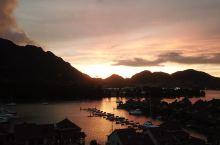 小Tips: 伊甸岛,塞舌尔最大的人造岛,海水蓝绿,富人们的别墅群穷人想象不到。游艇,帆船,直升机~