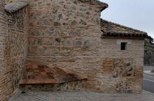 托莱多古城或托雷多小镇精致而浪漫,古城内石头铺就的小道曲曲弯弯,犹如儿时上海老城厢或部分老城区的弹格