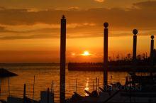 夏日時分,在淡水捷運站往河邊走,主要你有耐心等到六點左右,一定能拍出好的落日照片。