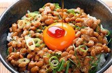 纳豆是日本家庭餐桌上最常见的一道菜。所谓的纳豆,就是把大黄豆发酵做成的发酵食品。它的最大特色之一就是