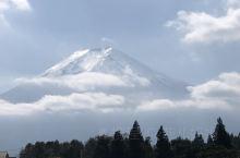 從不同的角度看富士山。山在眼前,很近很近,藍天的幕布上,云是變換的背景。午后阳光明媚,云断山腰,富士