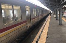 坐轻轨去别的地方住,5个站是13000印尼币。在车上碰见两个老华侨,聊了一会。总是说有小心偷。告诉我