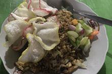 印尼炒饭,真的好吃,如果来玩,可以试试看,我是在路边摊吃的,一份才13000元,人民币不到十元。当然