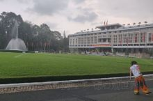 越南的统一宫,当年越共来的时候,坦克开到了宫里,旁边还有一架飞机。总统从楼上的停机坪逃跑到海边,然后