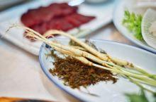 山参开菜,小煎鲍鱼,全南名吃鳐鱼三合 竹筒饭,竹笋血蛿,牛肉生吃一碟,韩屋庭院里再来个小火锅 这一顿