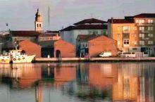 意大利.爱琴海.   从威尼斯出发换两次船,三次公交车方才抵达。海边小城漂亮得无以复加。我们下榻的公