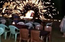 沙美岛海滩的烟火表演,绚烂的花火与海滩,夜晚的美景。