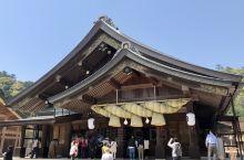 出云大社是日本国宝。现存的大殿在18世纪时经过第25次翻修。大殿前的大草绳长8米,重1.5吨。末图是