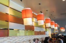 De Dutch是家荷兰餐馆,民族特色处处体现: 第一,店名De Dutch两个单词中间,分隔物采用