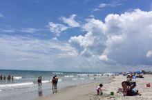 可可海滩(Cocoa Beach)位于奥兰多东部的,约六英里长,风平浪频,常年水温温暖,适合冲浪初学
