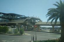 拉斯维加斯的 单轨列车, 沿着拉斯维加斯大道的东侧运行,共有三条单轨列车道,它们分别运行在撒哈拉和米