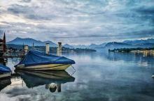 晨曦中的卢塞恩湖 竟也有了些江南水乡的味道 趁着时差还未调整过来 早上五点去湖畔走一圈 多云的卢塞恩