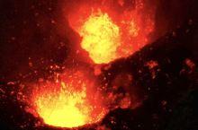 踏上瓦努阿图Tanna岛耶稣火山的路途是颠簸的,伴着火山轰鸣,越野车在黑沙的火山路中艰难行走。原始部