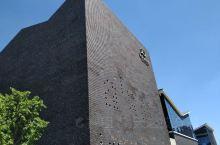 嘉定图书馆的新馆,号称是上海最美的图书馆。新馆位于裕民南路1288号,于2013年正式开馆,现为嘉定