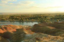 五彩滩其实就是额尔齐斯河边一个以雅丹地貌著称的河滩,这里的丘陵地质奇特,显示出多种色彩,每到傍晚在夕