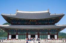 在纷争不断的朝鲜半岛上,最后一个统一王朝朝鲜王朝的宫殿,正是有着韩国小故宫之称的景福宫。景福宫距今已