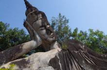 佛像公园又叫香昆寺,离万象市区有点距离,20多公里吧,我们是包了一个嘟嘟车前往的。因为万象也就这么几