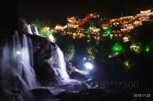芙蓉镇的夜景很美,瀑布底下走走更是难得的体验。晚上七点半之后进景区可以省八十一人的门票。