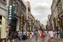 北海老街的特点是:白天空无一人,晚上人山人海。路遇一网红店,店前排起一长龙,大家都为了品尝美食-虾饼