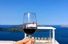 先在圣托里尼岛的酒厂尝杯葡萄酒 再去费拉小镇骑个驴 特地分给了老婆唯一一头白色的好开心 很配她那天的