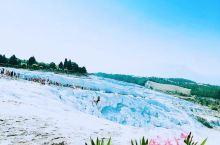 赤脚浸足于雪白棉花堡的温泉里,泉水如镜,岩石如冰,千年形成的壮美景观沐浴着众神的光辉,成为永恒的奇迹