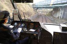 日本的电车,可以近距离看司机如何驾驶电车。电车就是火车