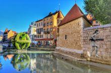 安纳西位于阿尔卑斯山山脚,比邻瑞士日内瓦,所以小镇有着法国血统的浪漫,血液中又流淌着瑞士般的甜美。她