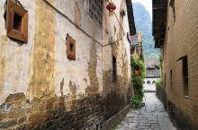 黄姚镇是一个有九百多年历史文化的明清古镇,镇内全部用黑色石板镶嵌而成,虽历经沧桑,至今仍无丝毫松动,