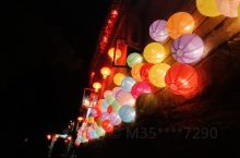 这是中秋节前一天晚上去黄姚玩的,那里刚好有灯笼节,所以各色灯笼特别多,比平时的多,当时比较晚人不是很