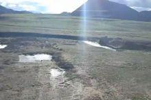 羌塘草原犹如雪域高原上的绿色明珠,散发着迷人的光彩。这里是牦牛和羊群的乐园,周围的山脉提供给草原丰厚