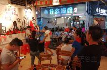 国庆以为很多人出去玩,吃夜宵的人不会多。没想到,昨晚在南宁滨都美食广场的古乐牛香,发现非常热闹,歌声