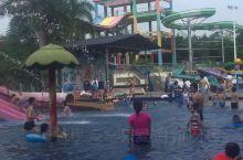 虽然说是十一假期,天气还是比较炎热的,南昆山的水上乐园真是个好地方!